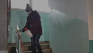 Уборщицы борются с угрозой коронавируса в многоквартирных домах